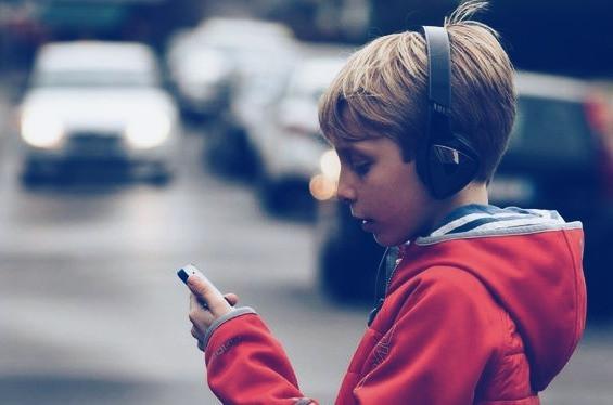 При переході проїжджої частини зняти навушники та уважно дивитись по сторонам, телефон сховати.