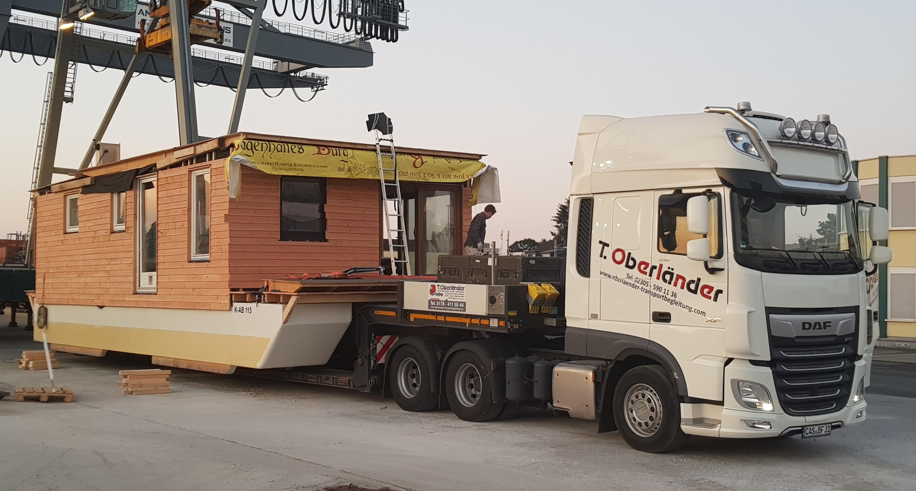 Transport eines Hausbootes mit Überbreit