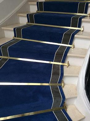 Tapis d'escalier immeuble bleu