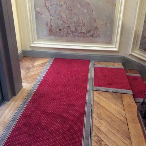 Tapis d'escalier Grains de Beauté et liserés