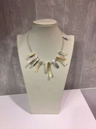 Elegante ketting met zilverkleurige elementen