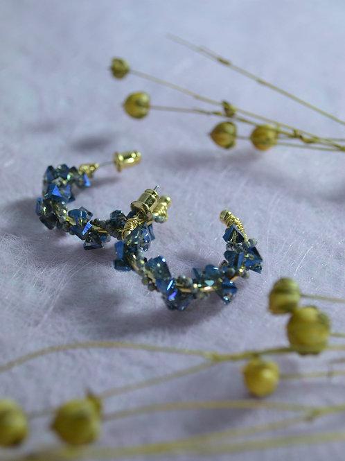 Goudkleurige oorbellen met blauwe steentjes