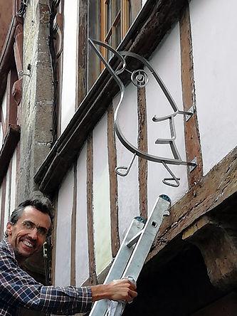 Pose de l'enseigne qu'il vient de réaliser par le sculpteur Phippe Le Ray
