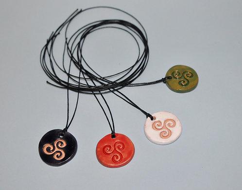 triskle em cerâmica colorido, triskle colorido, triskle em cordão, cerâmica, bijuteria em cerâmica, Fase NOva art craft