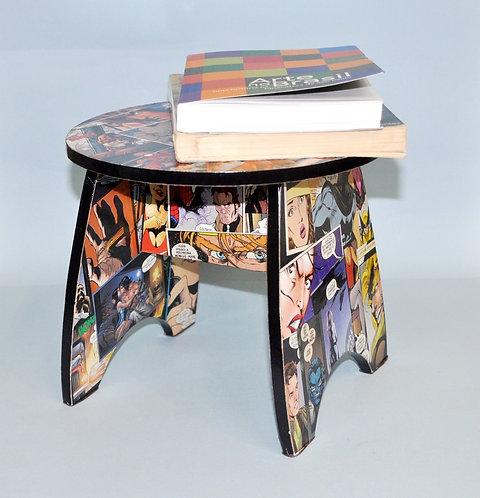 Banquinho ou aparador em madeira trabalhado com imagens de gibi