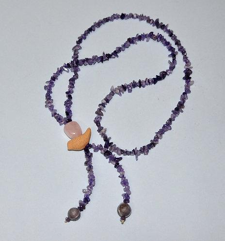 Colar longo lilás, colar com pedras ametistas e passarinho de cerâmica