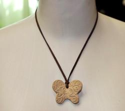 Colar com borboleta em cerâmica