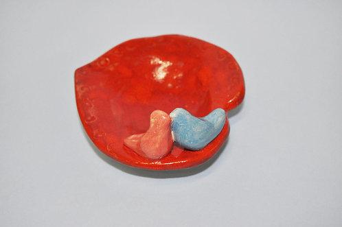 Porta alianças em cerâmica formato coração com pássaros