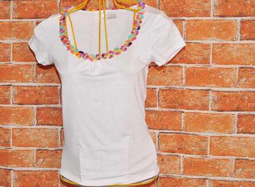 Camiseta branca com flores, brechotreschic, brechó très chic, roupas femininas, camisetas brancas, ofertas no brechó, compras