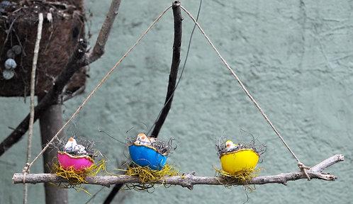 tronco decorado com ninhos e passarinhos, decora jardins