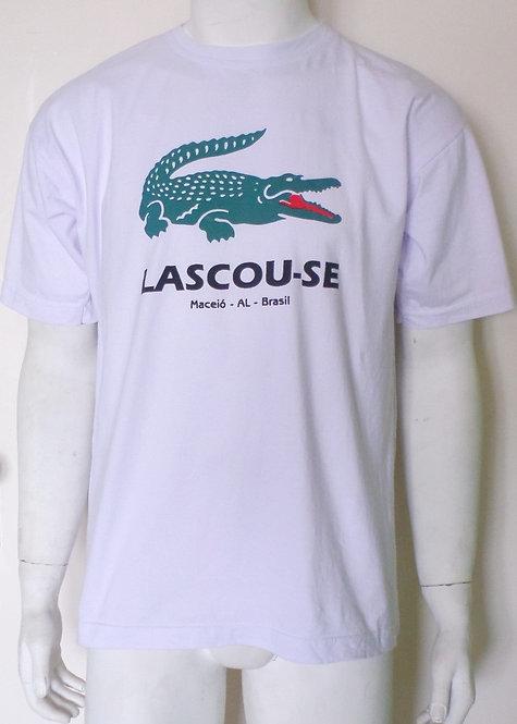 camiseta branca G com mensagem Lascou-se, brechó très chic, brechotreschic, roupas de brechó, roupas masculinas, camisetas
