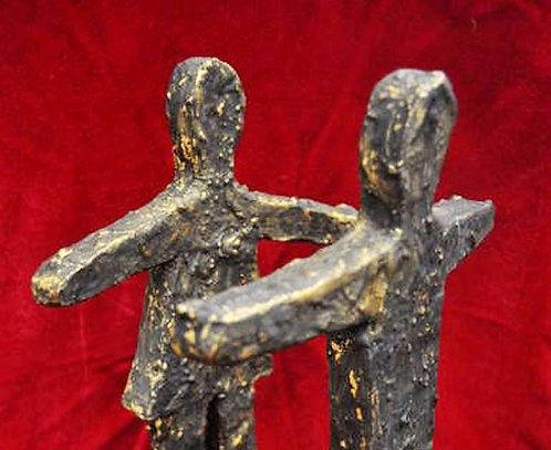 casal corre pro abraço, casal de namorados, presentes para namorados, escultura de casal