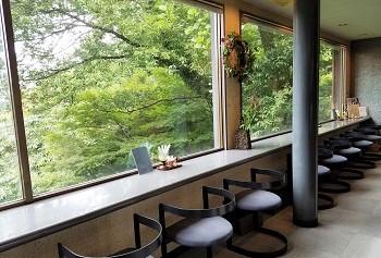 外の景色との一体感を感じて頂きたいと、店内はガラス張りのオープン窓を一面に。