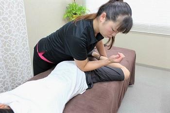 指圧・ストレッチ・アロマケアを行いながら、緊張や疲労で動かしずらい身体の部位や全身の筋肉・骨格をしっかりとした圧で整え、身体の可動域をアップさせていきます。