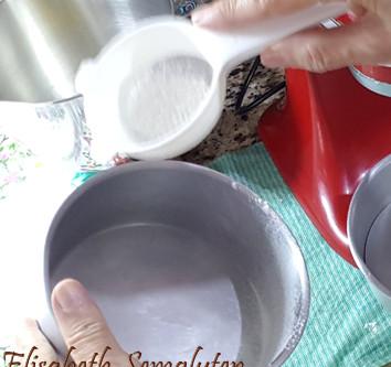 Dica para polvilhar a farinha ao a untar forma
