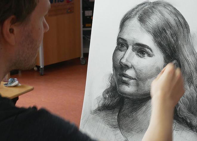 maxim_beim_zeichnen_kohle_portrait_frau_