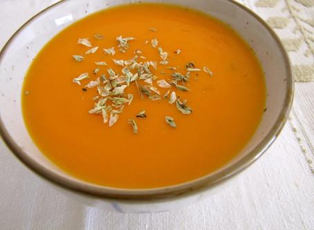 Sopa de tomate e orégãos