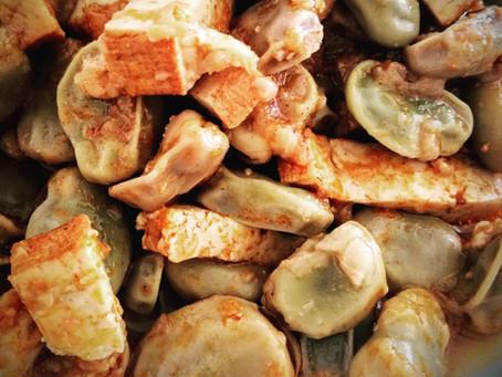 Favas da horta com tofu fumado e cebola nova