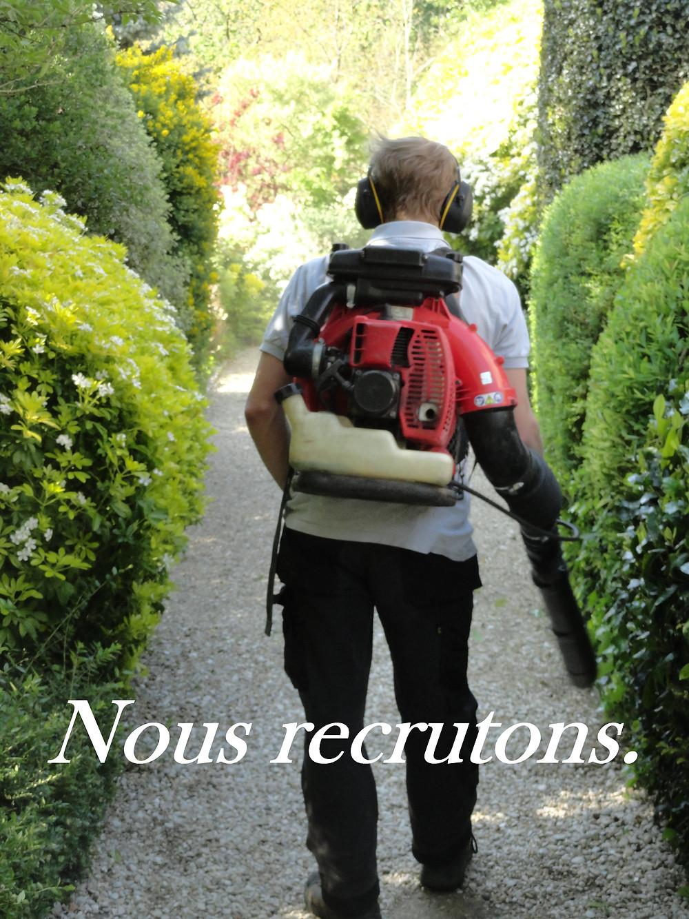 - CDD à partir du 01/03/2018 jusqu'au 31/07/2018, puis CDI  - Secteur : Ouest Parisien (Paris, Hauts de Seine et Yvelines)  - Nous recherchons un(e) jardinier(ère) pour accompagner l'équipe actuelle sur les entretiens et les créations de jardins. Son travail consistera dans un premier temps à seconder les jardiniers expérimentés, puis il sera formé sur le terrain pour évoluer en tant que jardinier confirmé.  - Profil recherché : organisé, réactif, rigoureux, déterminé, curieux, capable de résister aux conditions climatiques, bonne condition physique ; nous souhaitons un(e) jardinier(ère) autonome et avec l'esprit d'équipe.  - Permis B apprécié  - Intérêt pour la nature et les jardins recommandé  - Rémunération légale en vigueur  CV à envoyer à info@lesjardinsdelacolline.fr