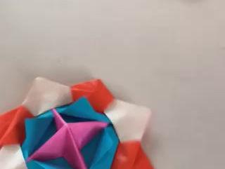 児童館の世代間交流で、折り紙の独楽を教えてもらった。
