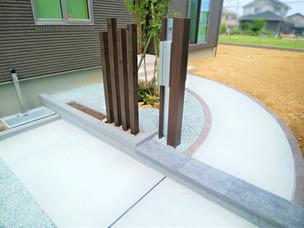 Case55:タイル張りのモダンな建物にマッチした、シンプルな外構