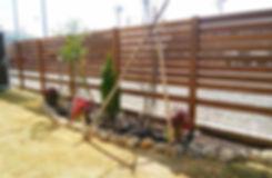 ハードウッドで作った木製フェンスとミニ花壇のお庭