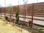 天然木(ハードウッド)のロング目隠しフェンスと天然石のミニ花壇