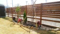 ハードウッドの木製フェンスと花壇