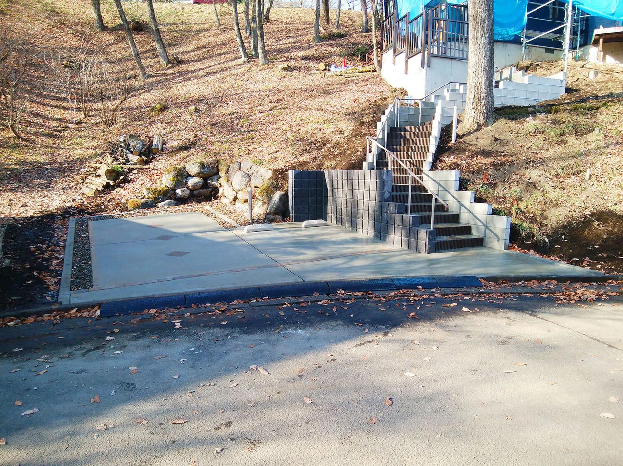 立派な階段アプローチと駐車場は、安全・安心に配慮した設計になっております。