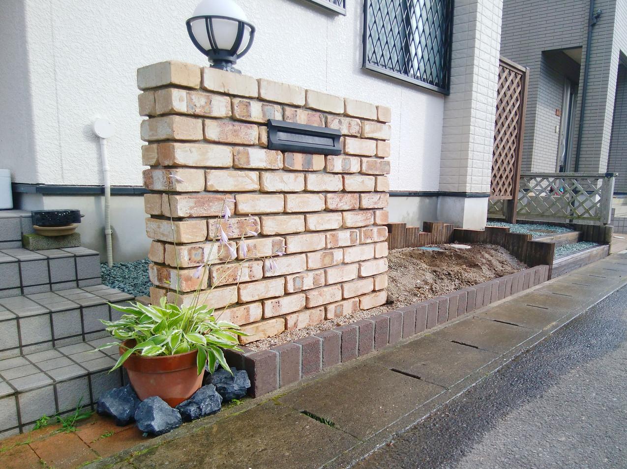タイル貼りの門柱と花壇