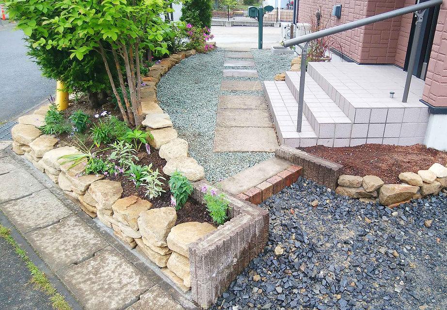 石積みの土留めとアプローチ