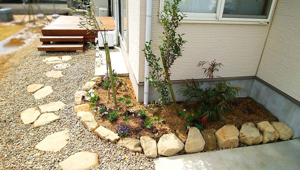 最上石のステップと花壇・ウッドデッキ
