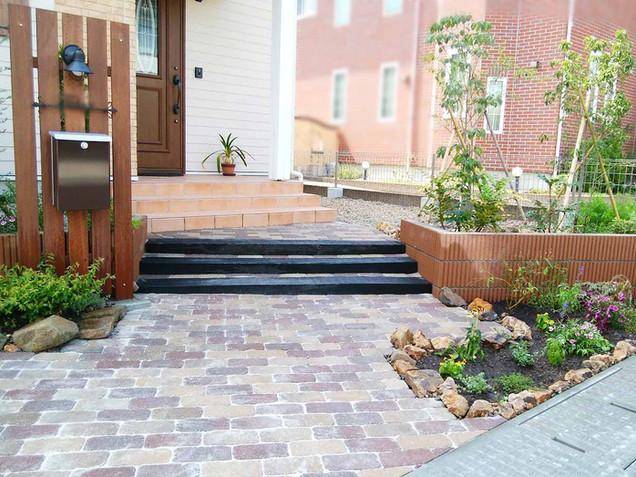 枕木階段とインターロッキングブロックの洋風アプローチ