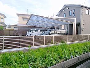 ストレスフリーな空間を実現させた後柱デザインの4連棟カーポートは圧巻!オプションの人感センサーとLED照明を設置し、夜間でも安心して駐車できます。裏庭はサイクルポートや物置を設置し、人工芝の広場では子供たちがビニールプールで遊ぶことも出来ます。正面から裏庭につながるアプローチは、自転車用の通路として通りやすくするため、コンクリート製の平板を敷きました。門壁は、お客様ご要望の塗り壁に仕上げ、壁の一部をくりぬいた穴にはお気に入りの小物を飾れます。仕事道具やアウトドア用品が沢山収納できるよう、用途にあわせて鋼板製の物置とプラ製の物置を確保しました。隣地境界は、ハードウッドで作成したオリジナルフェンスに、フラワースタンドを掛けて、趣味のガーデニングも満喫できます。