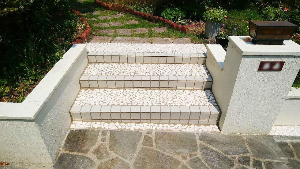白いタイル貼りの階段