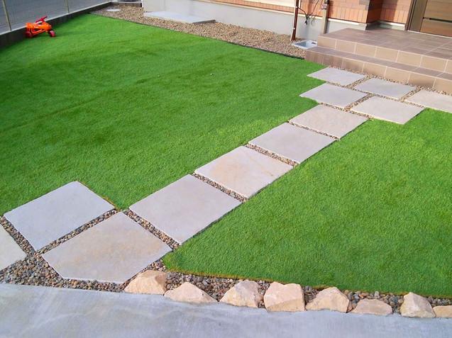 人工芝の玄関周りのお庭