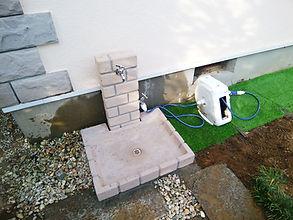 既存の水栓パンを、デザイン性のあるおしゃれな商品に交換しました。水抜き栓が付いていないので、不凍水栓柱(水栓パンの左側に見える水抜きハンドル)を別途設置しています。