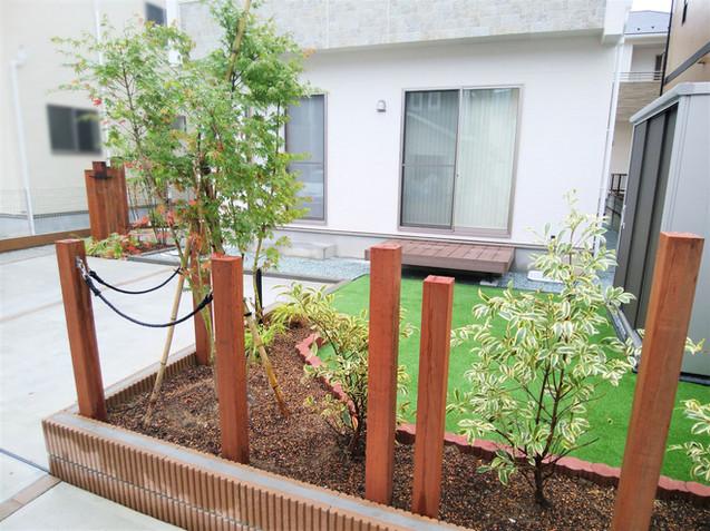 植栽と支柱を組み合わせた花壇
