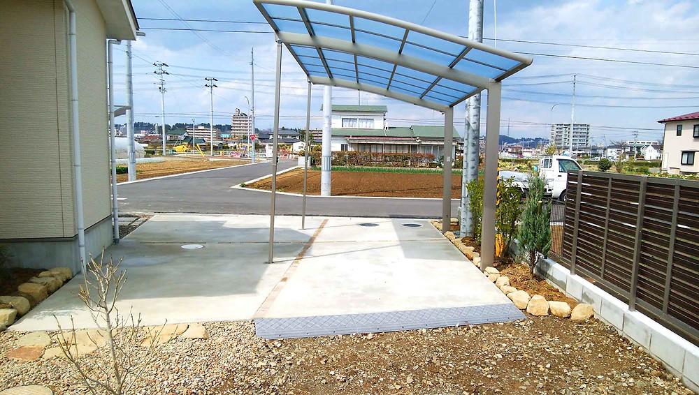 カーポートと駐車場・目隠しフェンス