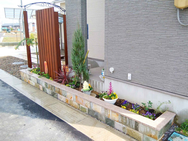 基礎隠しの石貼りの花壇