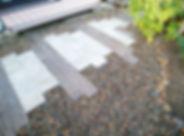 コンクリート枕木とインターロッキングブロックの小道、樹脂製のウッドデッキのお庭
