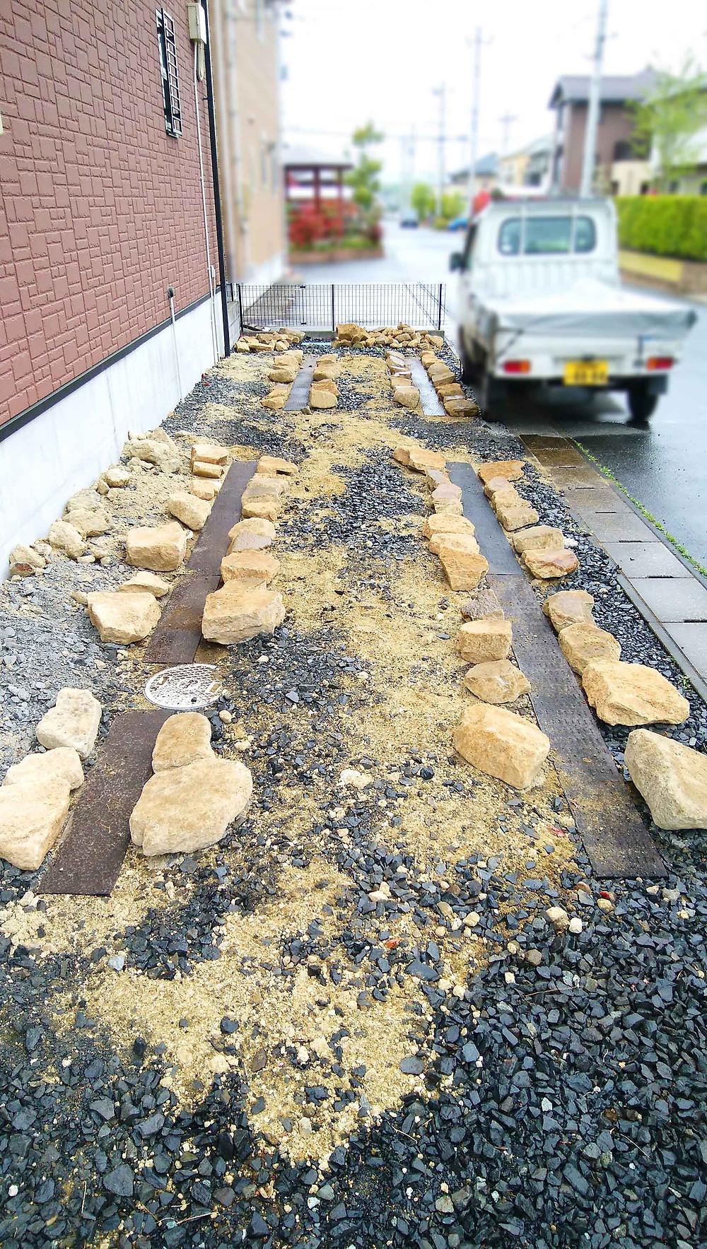 枕木と石でデザインした駐車場