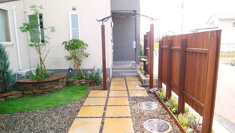 目隠しフェンスと花壇1