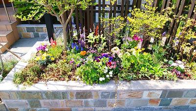石張り花壇の植木やお花