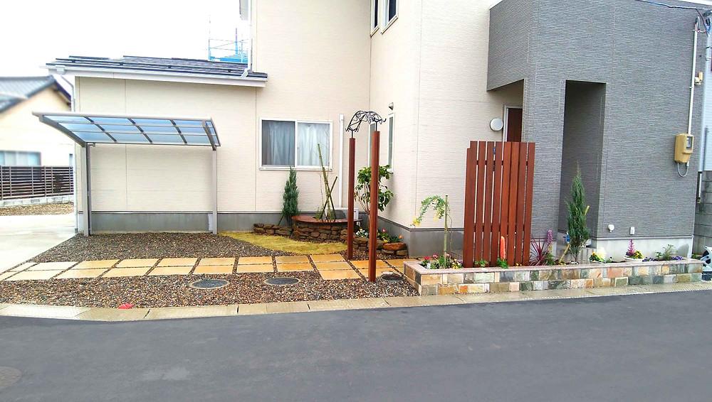 玄関アプローチとサイクルポート