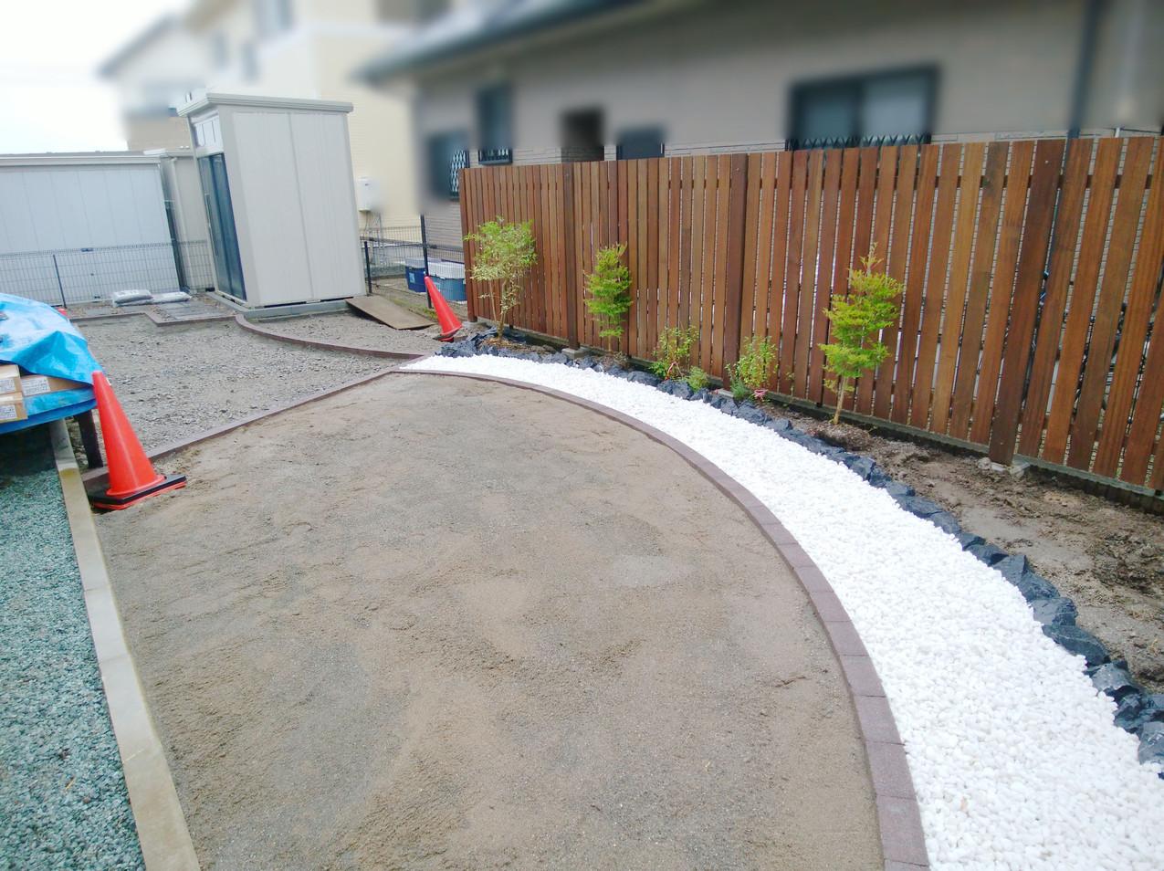 曲線の花壇と白い小石