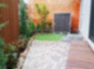 天然木(ハードウッド)の縁台、自然石の花壇、木製目隠し支柱のお庭