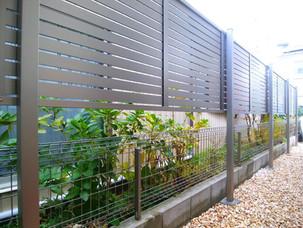 Case27:2段柱アルミフェンスで視線をカットしプライバシー確保