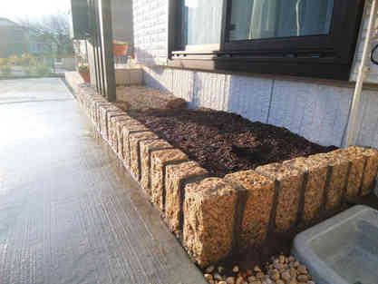 ピンコロ石の花壇