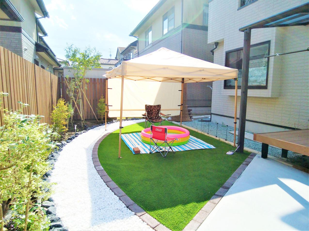 施工後:人工芝と白砂利で手入れのしやすいお庭に。